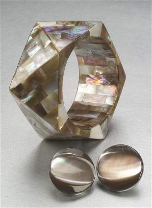 A BROWN MOTHER OF PEARL BANGLE AND EARCL