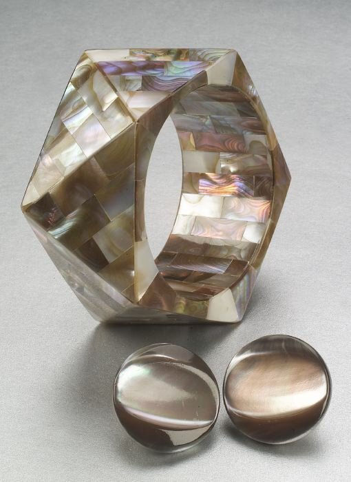 343: A BROWN MOTHER OF PEARL BANGLE AND EARCL