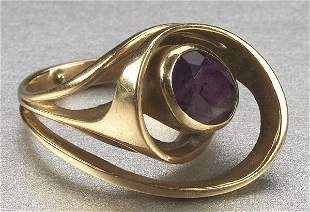 A 14K YELLOW GOLD AND AMETHYST RING, O