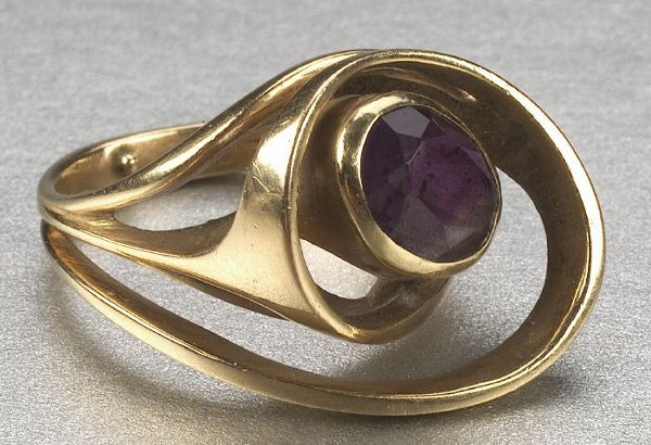 347: A 14K YELLOW GOLD AND AMETHYST RING,   O