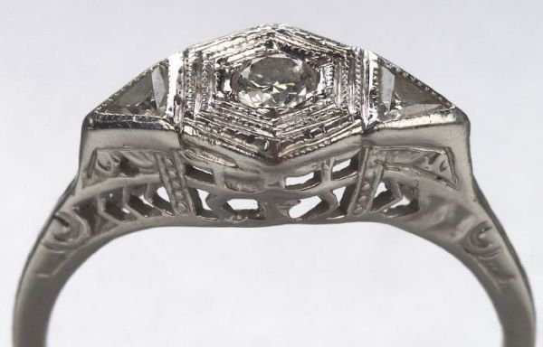 660: A 10K WHITE GOLD AND DIAMOND RING. Circa
