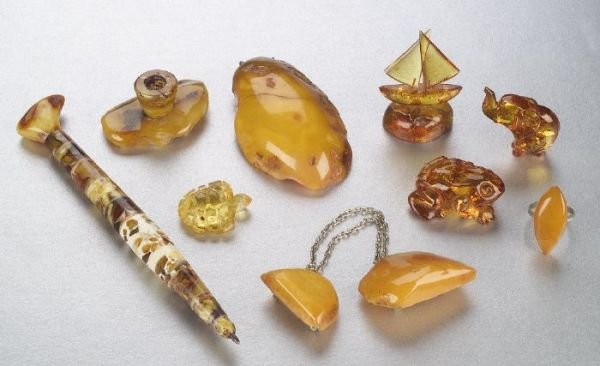664: A COLLECTION OF BALTIC AMBER OBJETS. Inc