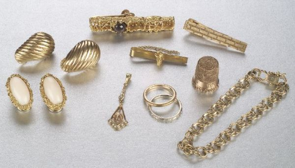 A GROUP OF MISCELLANEOUS JEWELRY. Band s