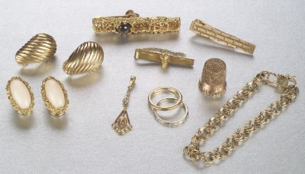 667: A GROUP OF MISCELLANEOUS JEWELRY. Band s