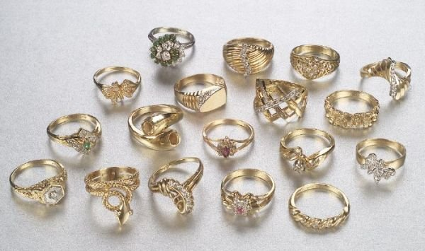 671: A COLLECTION OF LADY'S RINGS. Featuring