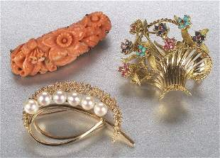 A GROUP OF BROOCHES. Includes a carved c
