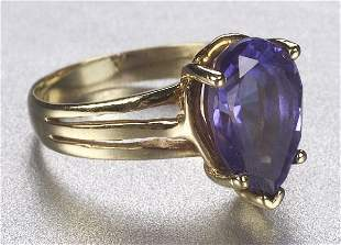 A 14K YELLOW GOLD AND TANZANITE RING. Ce