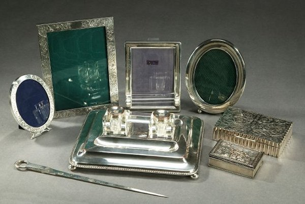 12: A COLLECTION OF SILVER AND SILVER PLATE.