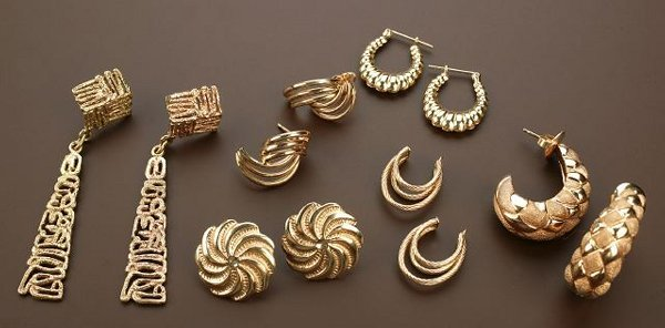 703: A GROUP OF 14K YELLOW GOLD JEWELRY. Incl