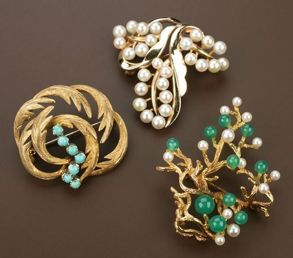 707: A GROUP OF THREE 14K YELLOW GOLD BROOCHE