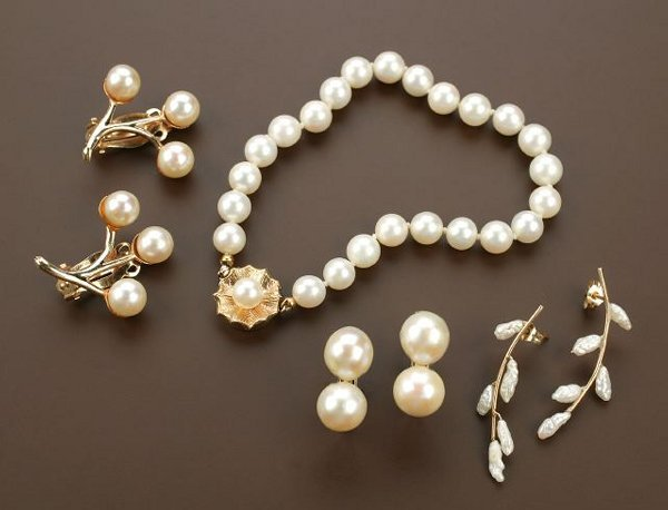 708: A GROUP OF PEARL JEWELRY. Includes a whi