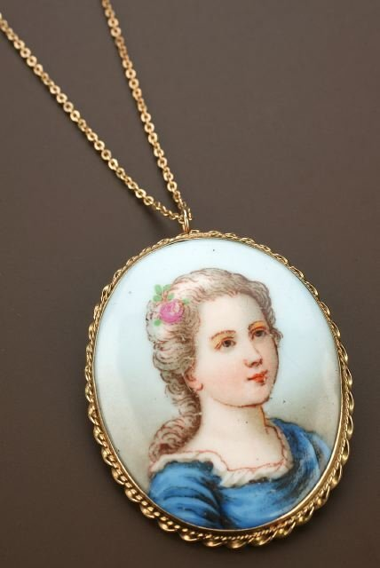 710: A 14K YELLOW GOLD HAND PAINTED PORCELAIN