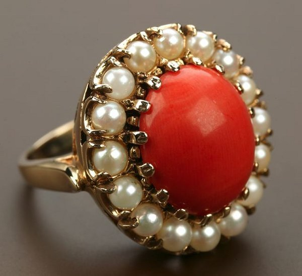 714: A 14K YELLOW GOLD, CORAL AND PEARL RING.