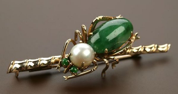 722: A 14K YELLOW GOLD, JADE AND PEARL BROOCH