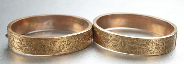 1251: A PAIR OF MATCHING VICTORIAN BANGLE BRACELETS.
