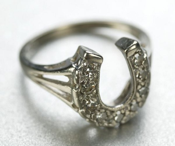 1252: A 14K WHITE GOLD AND DIAMOND RING.