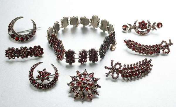 1253: A COLLECTION OF GARNET JEWELRY.