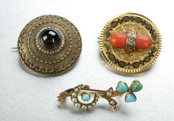 1254: A GROUP OF VICTORIAN BROOCHES.