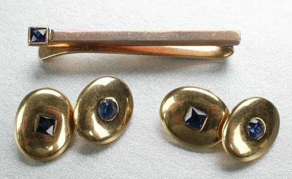 1255: A PAIR OF 18K YELLOW GOLD AND SAPPHIRE CUFFLINKS.