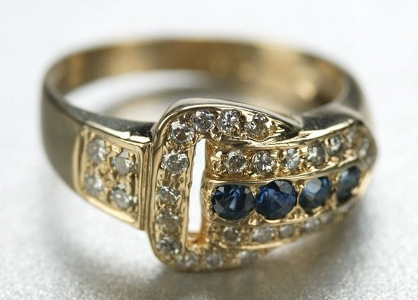 1257: A 14K YELLOW GOLD, SAPPHIRE AND DIAMOND RING.