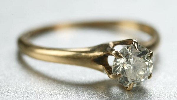 1258: A 14K YELLOW GOLD AND DIAMOND RING.