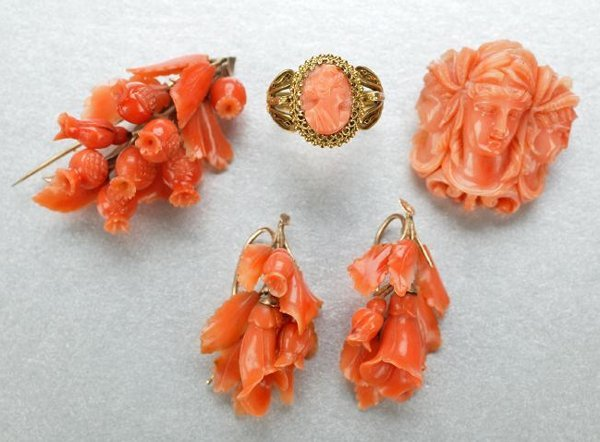 1261: A GROUP OF VICTORIAN CORAL JEWELRY.