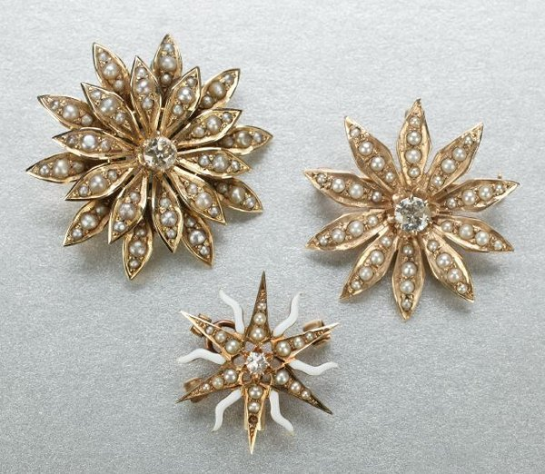 1262: A GROUP OF YELLOW GOLD BROOCHES.