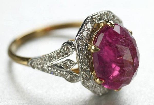 1263: AN 18K BI-COLOR GOLD, RUBELLITE AND DIAMOND RING.