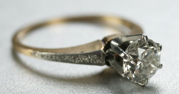 1266: A 14K YELLOW GOLD AND DIAMOND RING.
