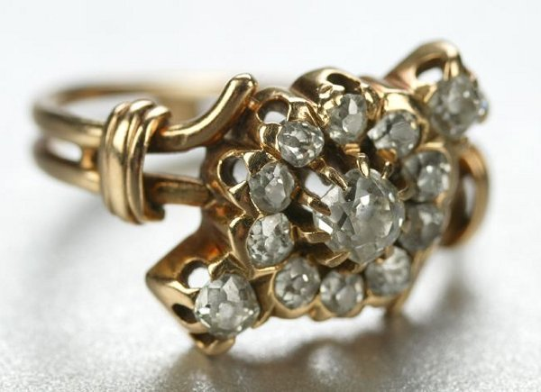 1269: AN ANTIQUE 18K YELLOW GOLD AND DIAMOND RING.