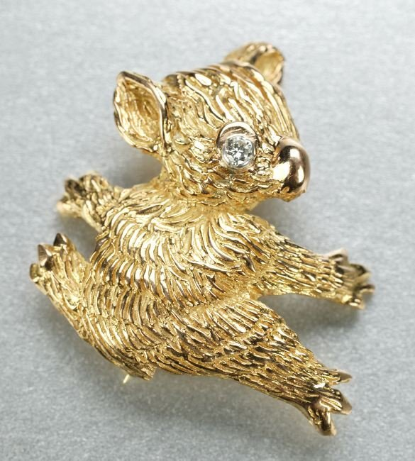 1270: A 14K YELLOW GOLD AND DIAMOND BROOCH.