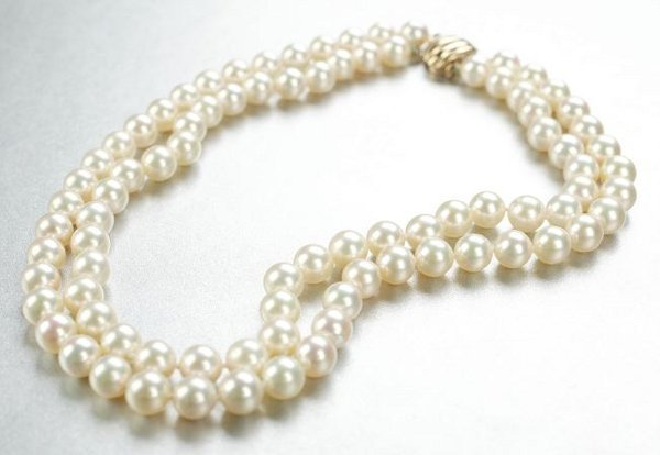 1273: A WHITE CULTURED PEARL NECKLACE.