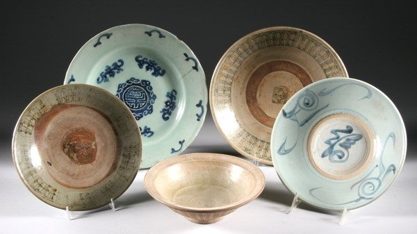 7: FIVE CHINESE PORCELAIN AND STONEWARE DISHES. - Large