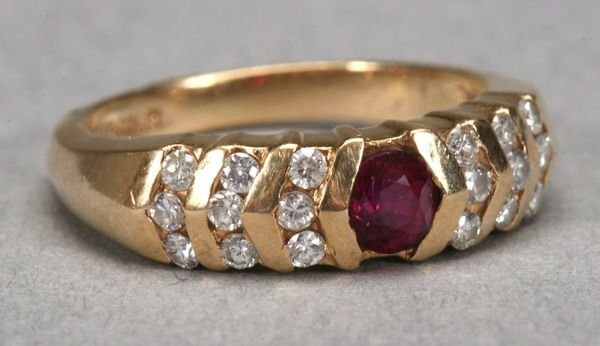 1005: 14K YELLOW GOLD, RUBY AND DIAMOND RING.