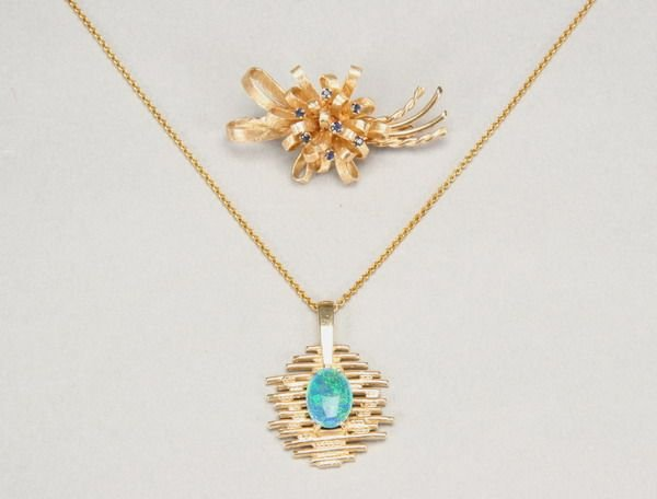1011: 14K YELLOW GOLD AND SAPPHIRE RIBBON CLUSTER DESIG