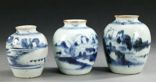 6: THREE CHINESE BLUE AND WHITE PORCELAIN JARS, Qing dy