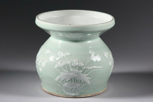 22: CHINESE CELADON PORCELAIN SPITTOON, Qing dynasty, 1