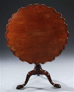 351: A CHIPPENDALE STYLE MAHOGANY PIECRUST TILT-TOP TAB
