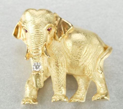608: AN 18K YELLOW GOLD BROOCH.
