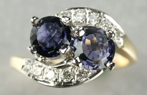 609: AN 18K YELLOW GOLD, IOLITE AND DIAMOND RING.