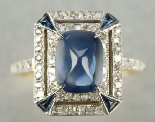 619: AN 18K GOLD, SAPPHIRE AND DIAMOND RING.