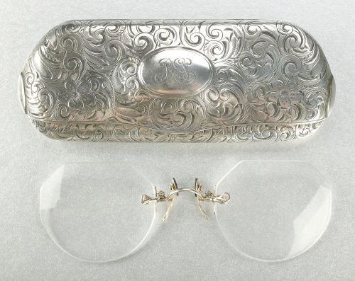 621: A STERLING SILVER EYE GLASS CASE.