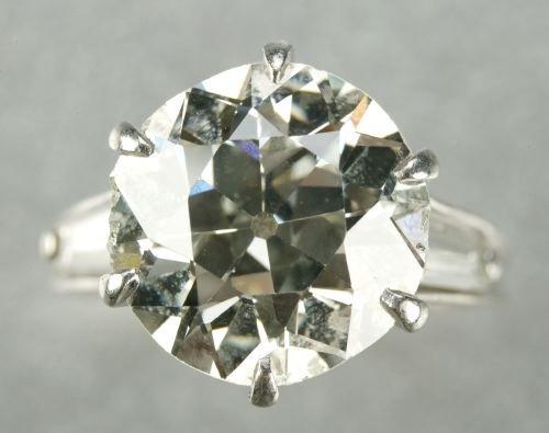 662: A PLATINUM AND DIAMOND RING.