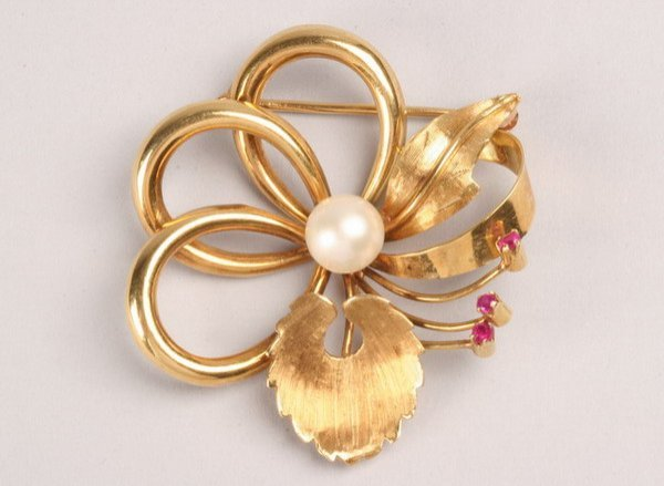 1238: 18K YELLOW GOLD, CULTURED PEARL AND RUBY BROOCH.