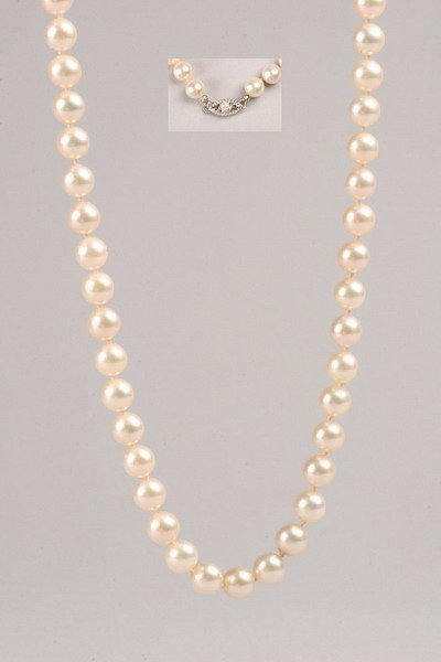 1243: WHITE CULTURED PEARL NECKLACE.
