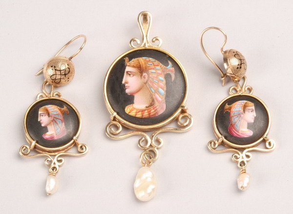 1259: VICTORIAN YELLOW GOLD AND ENAMEL PENDANT WITH PAI