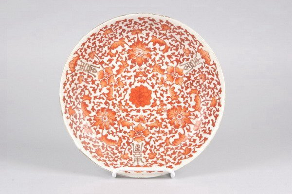 17: CHINESE IRON RED AND WHITE PORCELAIN PLATE, Qianlon