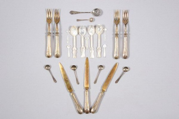 768: GROUP OF SILVER AND SILVER PLATED FLATWARE.