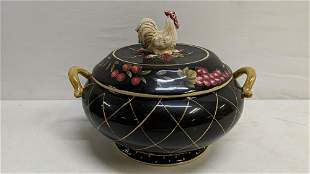 Rooster design casserole bowl with lid