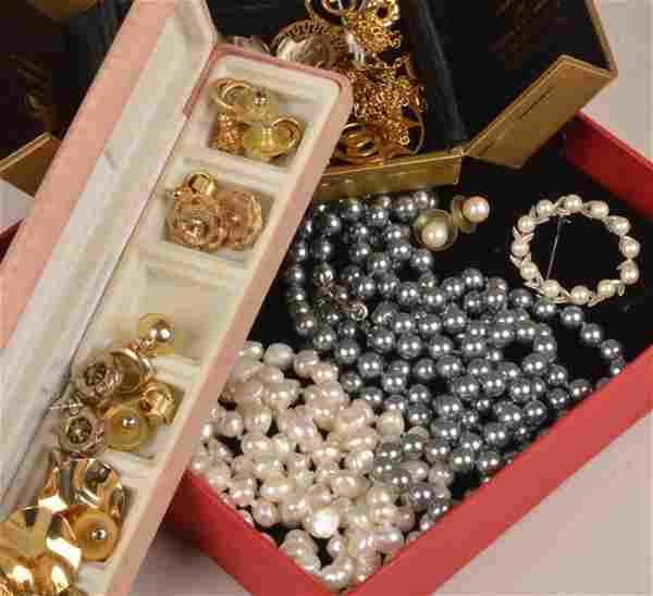 A collection of jewellery including a half pearl a
